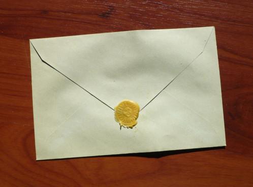 enveloppe-cachetee-soleil-cire-d-abeille-mica-or.jpg