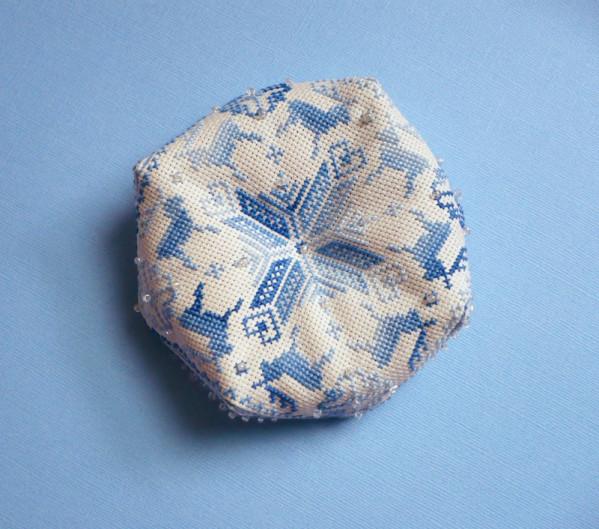 renne-biscornu-bleu-perles-2.jpg