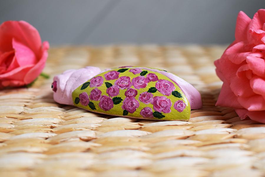 cigale-peinte-avec-des-roses-ailes-lisses