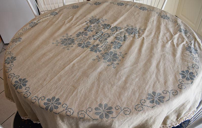 grande nappe en lin brod e au point de croix avec deux z. Black Bedroom Furniture Sets. Home Design Ideas